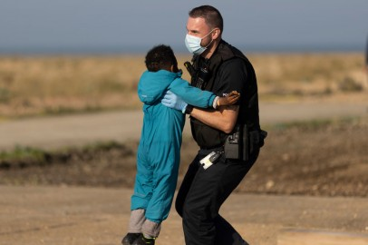 migrant child picked up by border agent